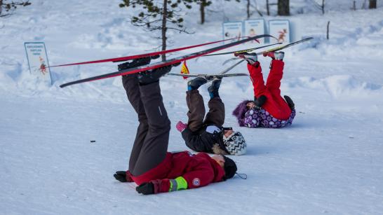 Hiihto on koko perheen juttu – 5 vinkkiä lapsen kanssa hiihtämiseen
